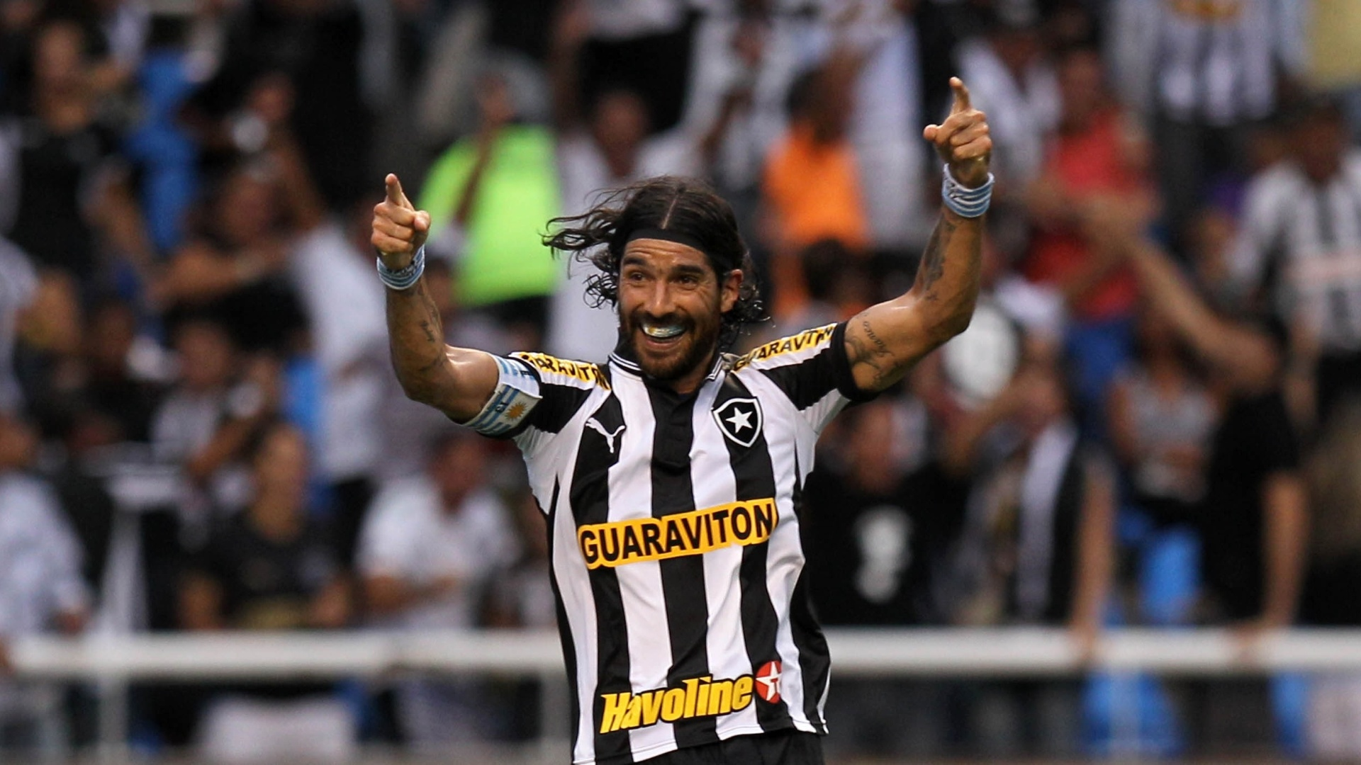 Atacante Loco Abreu comemora seu segundo gol no clssico entre Botafogo e Vasco, no estdio do Engenho