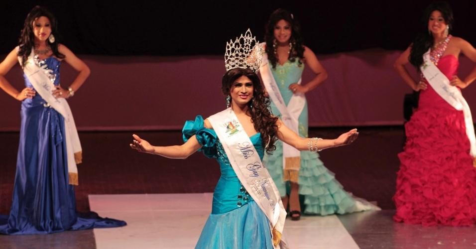 Berdien Lavyeska (ao centro) sorri depois de ser coroada Miss Nicarágua Gay 2012, durante a cerimônia de coroação no teatro nacional Ruben Darío, na capital do país, Manágua