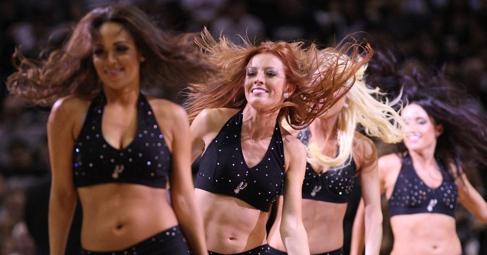 Cheerleaders do San Antonio Spurs fazem apresentação na partida contra o Utah Jazz (29/04/12)