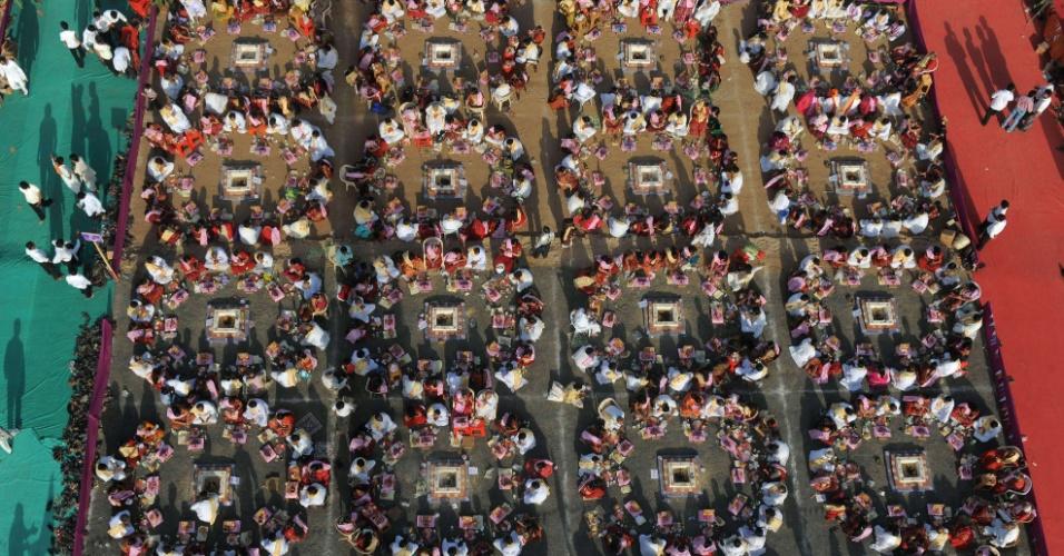 Devotos participam de evento pela paz no mundo em Ahmedabad, na Índia