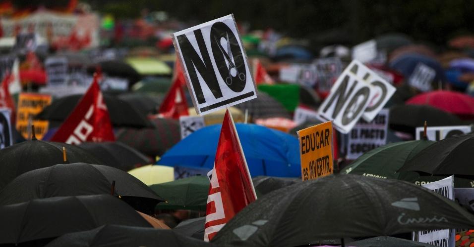 Espanhois fazem protesto em Madri contra o corte de investimentos em educação e saúde no país, como parte do ajuste fiscal anunciado pelo governo para combater a crise