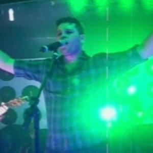 Imagem do show feito pela dupla Pedro e Thiago exibida no Fantástico horas antes do acidente sofrido por Pedro (29/4/12)
