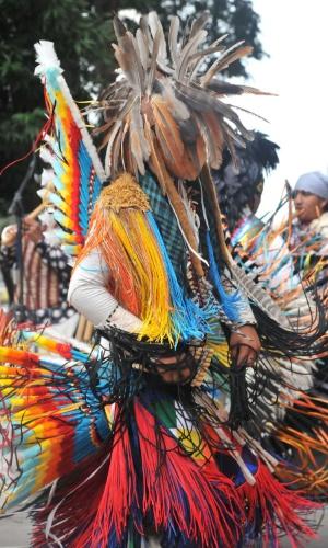 Índios peruanos realizam show de dança na tarde de domingo (29), na avenida Paulista, em São Paulo