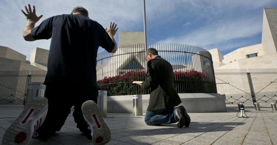 Integrantes da Coalisão de Defesa Cristã ajoelham durante orações em uma vigília perto da embaixada da China em Washington (EUA), neste domingo (29). O objetivo era chamar a atenção do governo Obama e pedir que não entregue o dissidente Chen Guangcheng à China. Chen passou 19 meses em prisão domiciliar e conseguiu apoio americano, após fugir