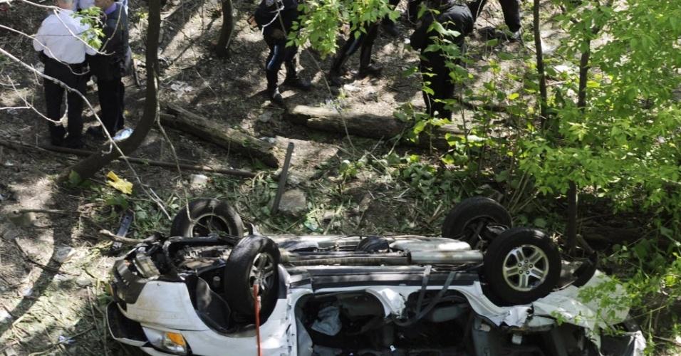 Investigadores trabalham no local onde van com sete passageiros se acidentou, em Nova York; todos os ocupantes morreram