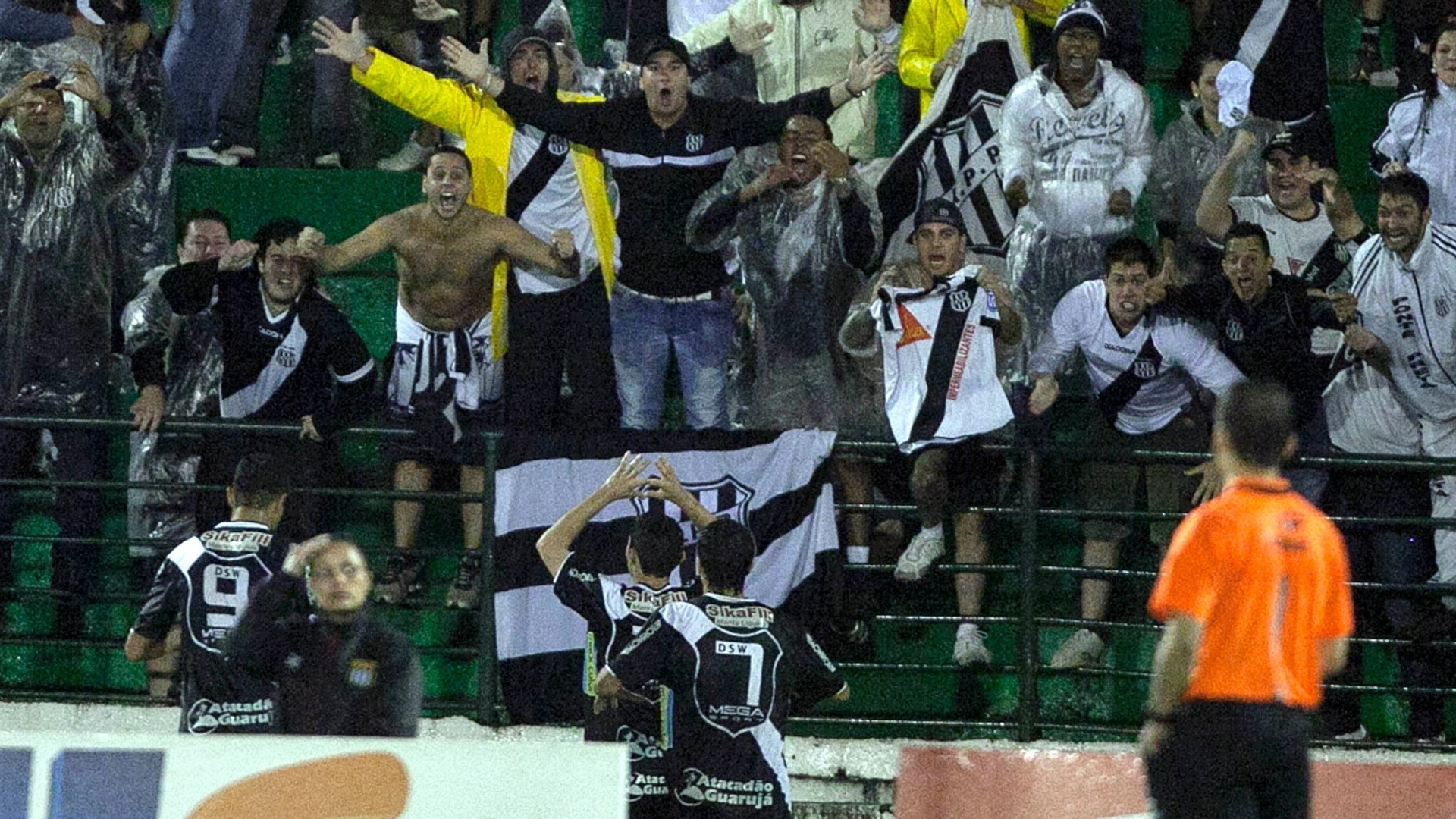 Jogadores da Ponte Preta comemoram o primeiro gol da partida com a torcida
