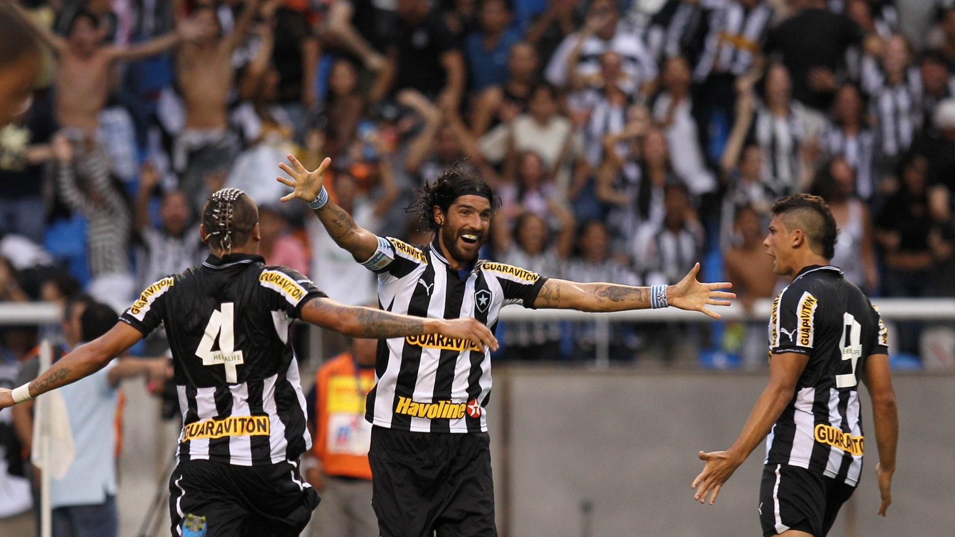 Jogadores do Botafogo comemoram o segundo gol de Loco Abreu no clssico contra o Vasco, no estdio do Engenho