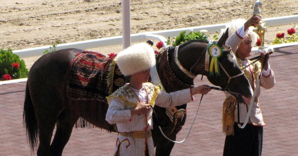 Jóqueis do Turcomenistão apresentam o cavalo ?Príncipe das Águias? no dia nacional da corrida de cavalos no país, em Ashgabad. Príncipe ganhou o título de cavalo mais bonito do an