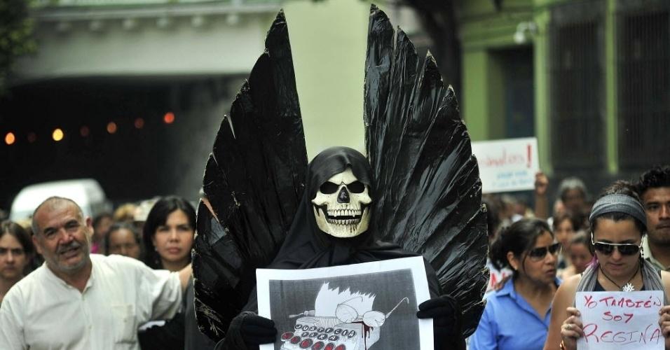 Jornalistas e estudantes fazem protesto pela morte da jornalista mexicana Regina Martinez