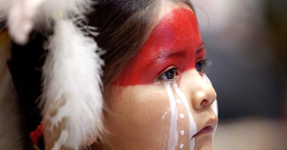 Jovem dançarina participa do Encontro Anual das Nações em Albuquerque, nos Estados Unidos