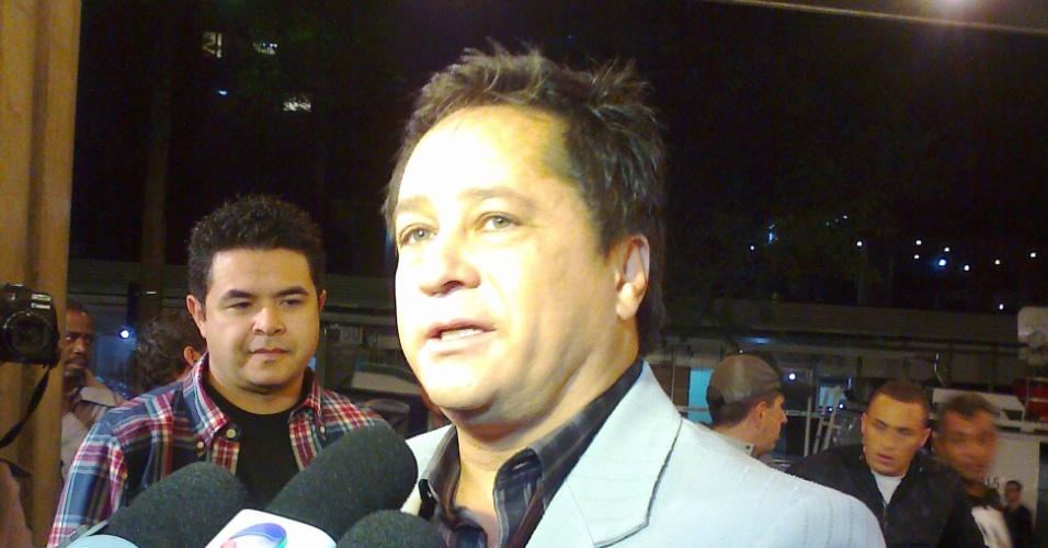 Leonardo fala à imprensa no hospital Sírio-Libanês, em São Paulo, por conta da internação de seu filho, Pedro (29/4/12)
