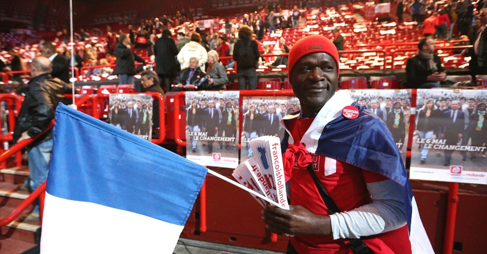 Manifestante de oposição segura bandeira durante reunião de campanha em Paris. A França vive o segundo turno das eleições presidenciais