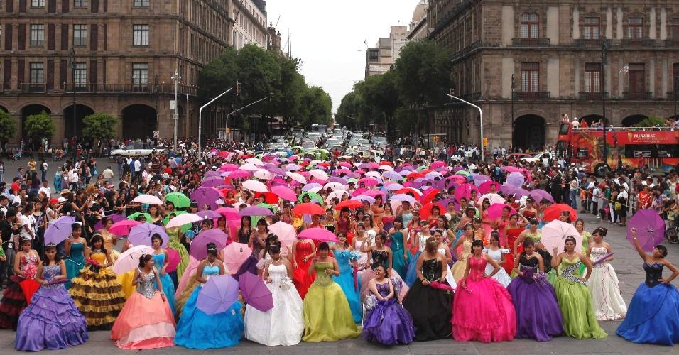 Meninas com vestidos de festa posam para fotografia na Cidade do México