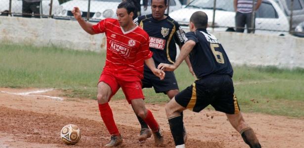 O Estrela (vermelho) bateu o Unidos (preto) por 2 a 1 e conquistou sua terceira vitória