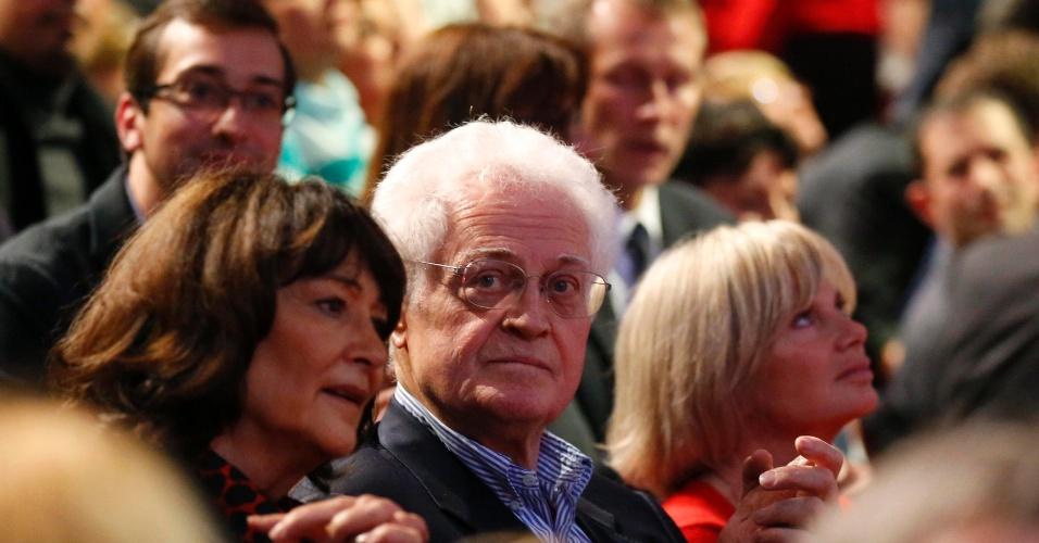 O ex-primeiro-ministro da França Lionel Jospin participa de um comício do candidato socialista à presidência, François Hollande, em Paris. À sua direita está a ex-ministra da Justiça socialista Elisabeth Guigou