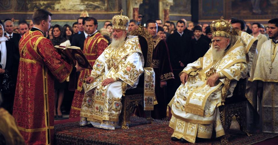 O patriarca da Igreja Católica Ortodoxa na Rússia, Kirill, e o patriarca na Bulgária, Maxim, celebram missa de domingo em catedral de Sófia, na Bulgária. É o fim de uma visita de três dias de Kirill à Bulgária