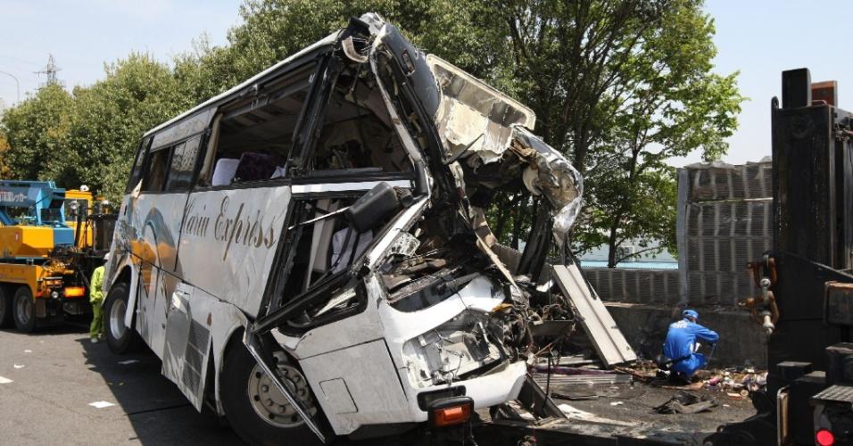 Ônibus turístico fica destruído após se chocar contra um muro na Via Expressa Kanetsu, em Fujioka, a100 km a noroeste de Tóquio, no Japão, neste domingo (29). Sete pessoas morreram e pelo menos 40 ficaram feridas