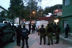 Policiais cercam a residência onde a jornalista mexicana Regina Martínez foi encontrada morta<br>na noite deste sábado (28), em Xalapa, no México