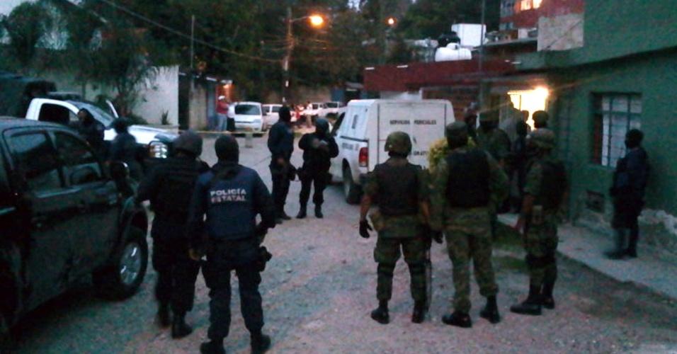 Policiais cercam a residência onde a jornalista mexicana Regina Martínez foi encontrada morta na noite deste sábado (28), em Xalapa, no México, com sinais de agressão e estrangulamento. Regina era correspondente da revista Proceso no estado mexicano de Veracruz