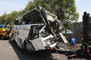 Ônibus turístico que se chocou contra um muro ficou destruído. Sete pessoas morreram no acidente