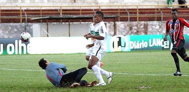 Rafael Silva, do Coritiba, marcou o primeiro gol do Coritiba contra o Roma (29/04/2012)