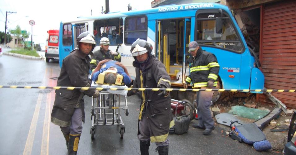 Resgate remove pessoa ferida de um ônibus acidentado na avenida Jurema, em Guarulhos, na região Metropolitana de São Paulo. A motorista do ônibus perdeu o controle da direção e bateu contra uma residência, por volta das 5h30 deste domingo (29)