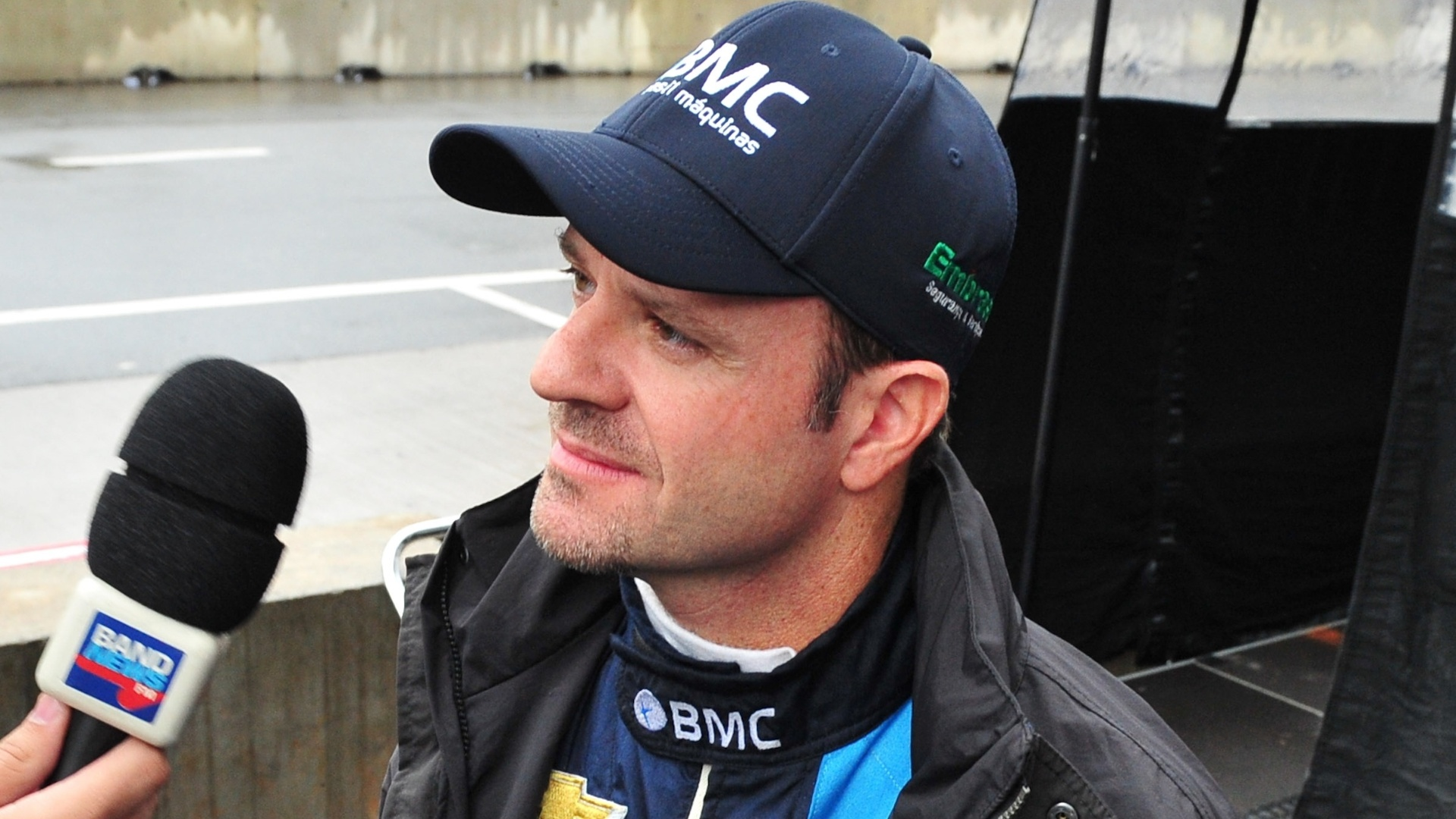 Rubens Barrichello, da equipe KV, d entrevista na manh de domingo, antes da prova