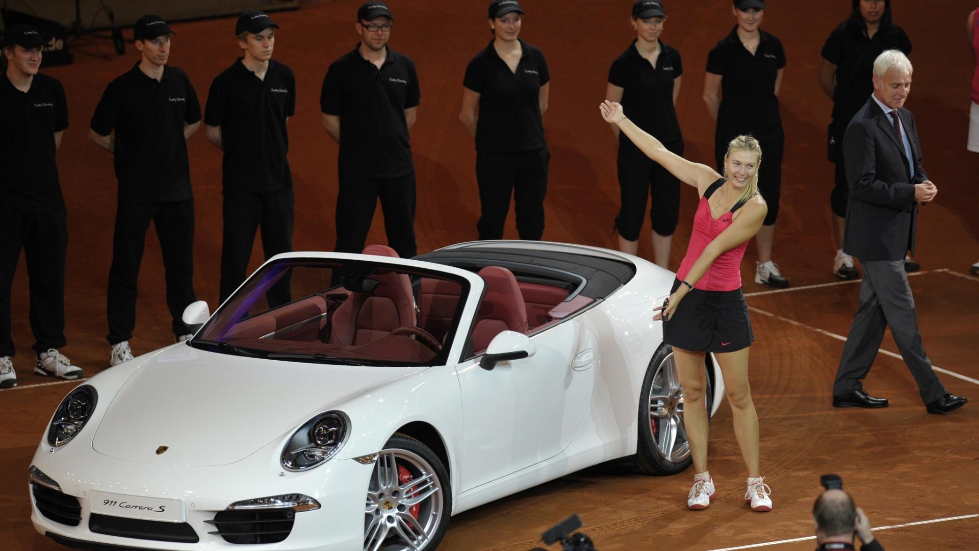 Sharapova exibe carro de luxo conquistado como prêmio ao bater Azarenka em Stuttgart