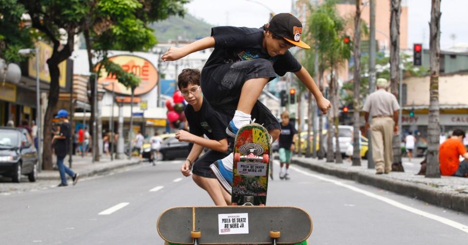 Skatistas fazem manifestação no Méier, zona norte do Rio de Janeiro, para pedir uma pista de skate no bairro
