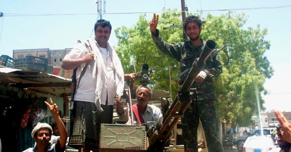Soldados do Exército posam para fotografia com a população em Landwar, no Iêmen. Neste domingo (29), o grupo terrorista Al Qaeda anunciou a libertação de 73 iemenitas que haviam sido capturados em março