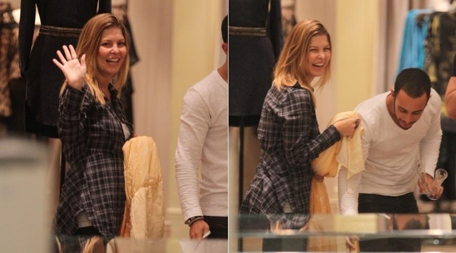 Bárbara Borges faz compras em shopping da zona oeste do Rio (30/4/12)