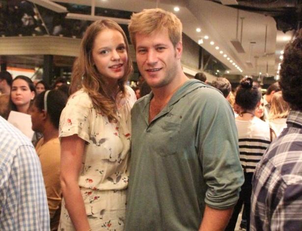 Depois de sofrer um acidente de carro no início de abril, Diego Alemão vai ao teatro com a namorada (29/4/12)