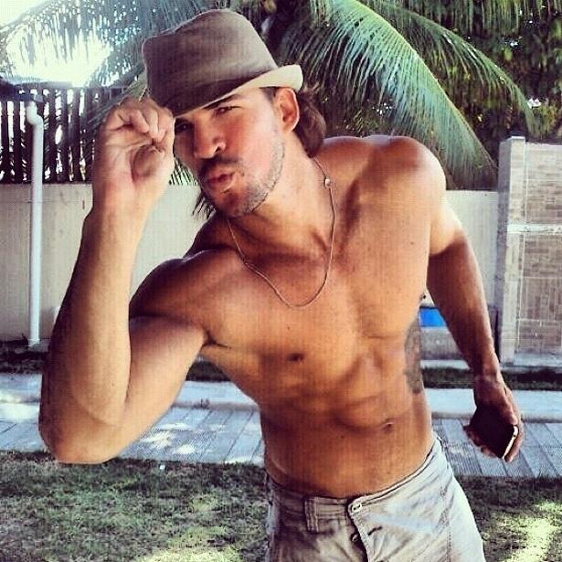 Ex-BBB Rodrigo divulga foto sem camisa (30/4/2012)
