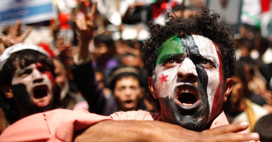 Manifestantes gritam palavras de ordem durante um protesto pedindo o julgamento do ex-presidente do Iêmen, Ali Abdullah Saleh em Sanaa
