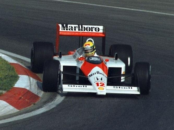 No dia 1º de maio de 1994, em Ímola na Itália, Ayrton Senna bateu em alta velocidade e deixou um vácuo nos corações e mentes dos brasileiros. Mas a foto é de um momento mais alegre, o Grande Prêmio do Canadá em 1988. Foi o ano em que pela primeira vez ele se tornou campeão mundial pela MacLaren. Ídolo do automobilismo brasileiro e mundial, Senna venceu 41 corridas e conquistou 65 pole positions.
