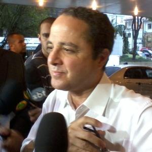 O médico Roberto Kalil falou do estado de saúde do cantor Pedro (30/4/12)