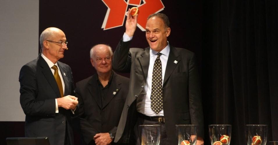 Abr.2012 - Oscar Schmidt brinca com bolinha durante sorteio dos grupos do basquete dos Jogos Olímpicos de Londres