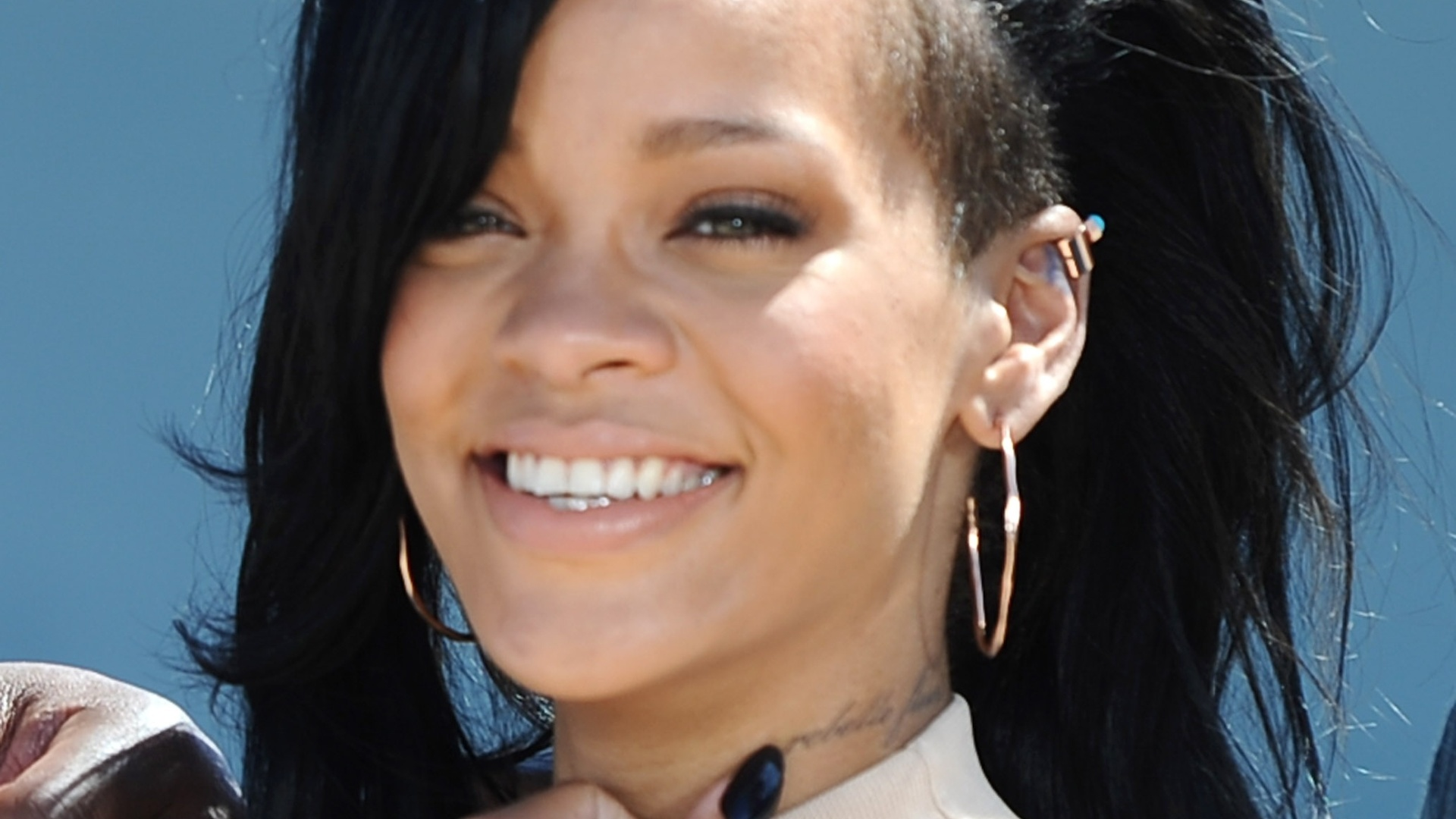 Rihanna durante fotos em frente ao 