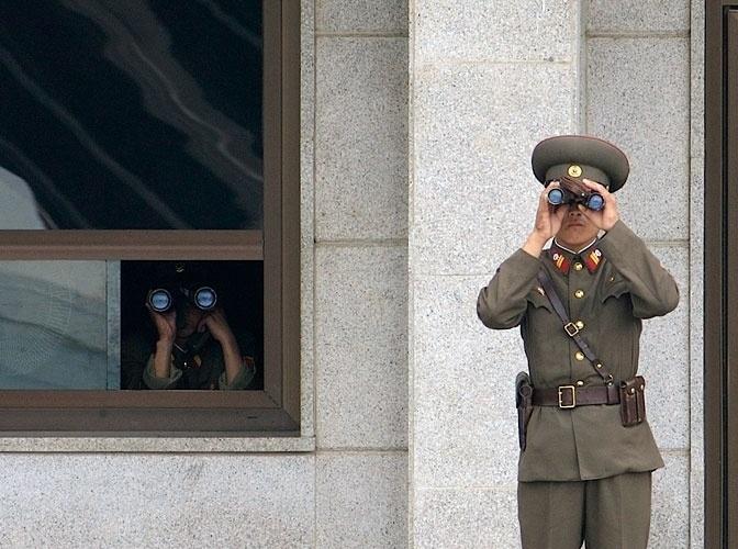 """""""Vigiar o sul"""" poderia ser o título da foto dos soldados do Exército Vermelho em posto da fronteira. Fundada em 1º de maio de 1948, em plena Guerra Fria, a Coreia do Norte é fruto das tensões geradas pela Guerra Fria e se transformou num dos estados mais repressores da atualidade. Encontrar clima de distensão entre as Coreias hoje, só mesmo procurando com lente de aumento."""