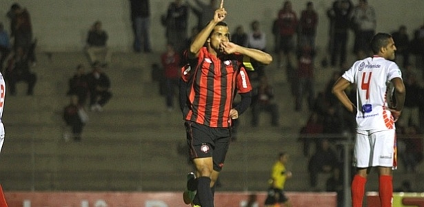 Atacante Bruno Mineiro comemora gol pelo Atlético-PR contra Paranavaí (29/04/2012)