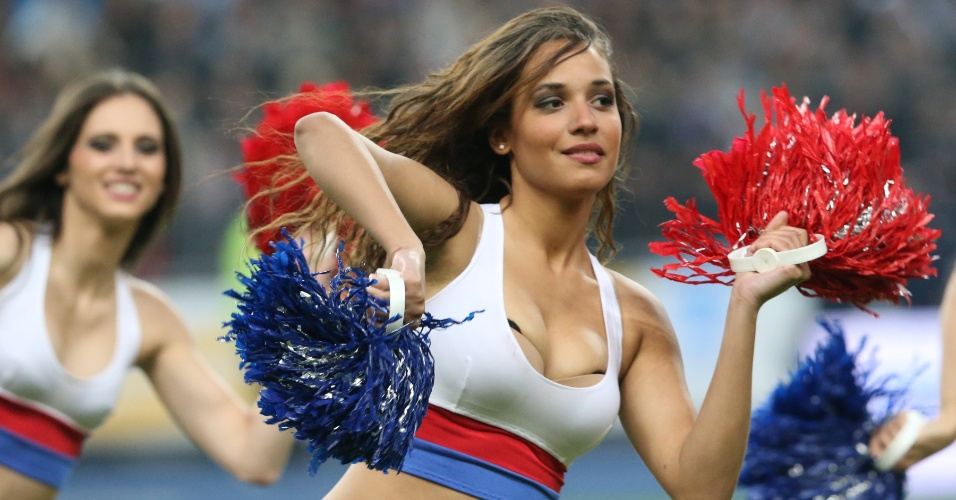 Cheerleaders se apresentam no intervalo do jogo Lyon x Olympique de Marselha, no dia 14 de abril