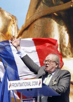 Ex-presidente do partido ultraconservador Frente Nacional, Jean-Marie Le Pen, discursa no Dia do Trabalho, próximo a estátua de Joana d'Arc em Paris
