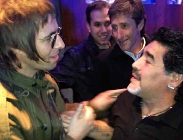 """""""Maradona dá um aperto de mão em Deus"""", brinca Liam Gallagher ao publicar uma foto sua com o jogador argentino (30/4/12)"""