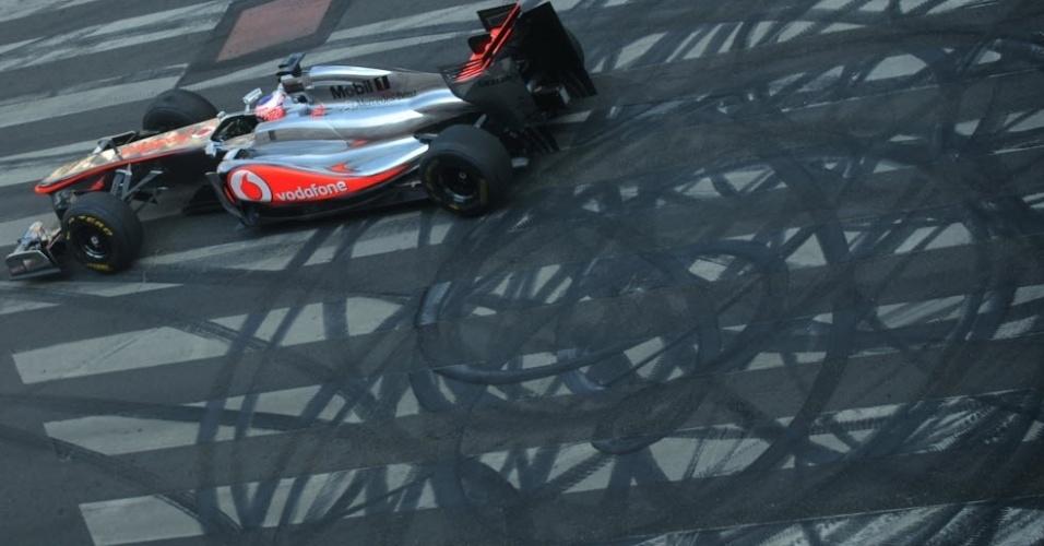 O piloto inglês Jenson Button faz manobra com sua McLaren durante apresentação em Budapeste, na Hungria