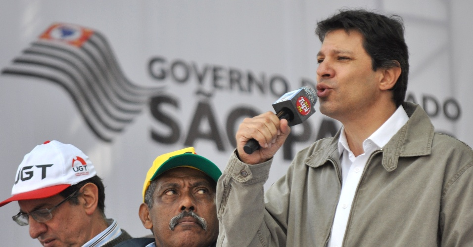 O pr&#233;-candidato do PT a prefeito de S&#227;o Paulo, Fernando Haddad, participa de evento de 1&#186; de Maio, Dia do Trabalho,  organizado pela For&#231;a Sindical e outros sindicatos na pra&#231;a Campo de Bagatelle, na zona norte de S&#227;o Paulo