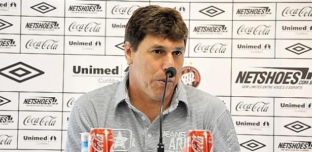Técnico do Atlético-PR, Juan Carrasco, concede entrevista coletiva (01/05/2012)