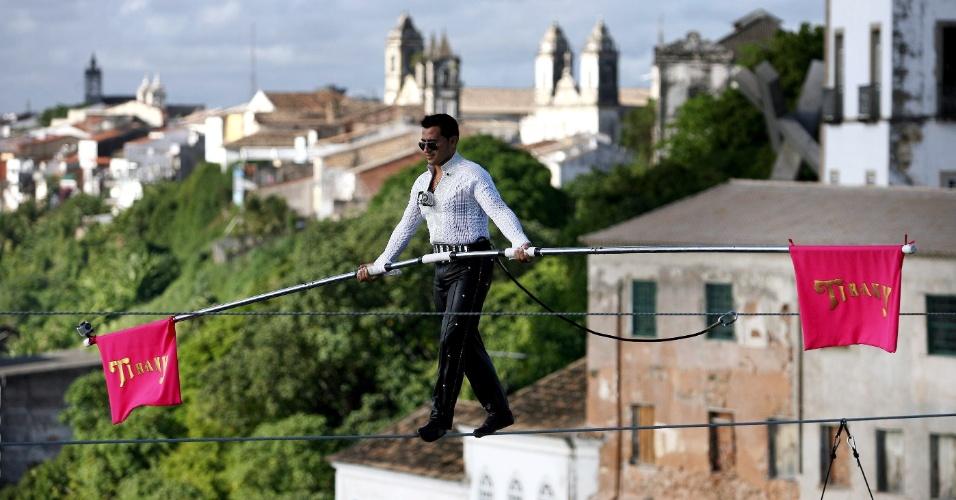 2.mai.2012 - Artista circense venezuelano Henri Ayala, 32, atravessa em um cabo de aço de 80 metros de comprimento e 72 metros de altura no Elevador Lacerda, em Salvador. Ele quebrou os recordes anteriores de 71,63 metros de distância e 41,15 de altura e entrou no livro dos recordes
