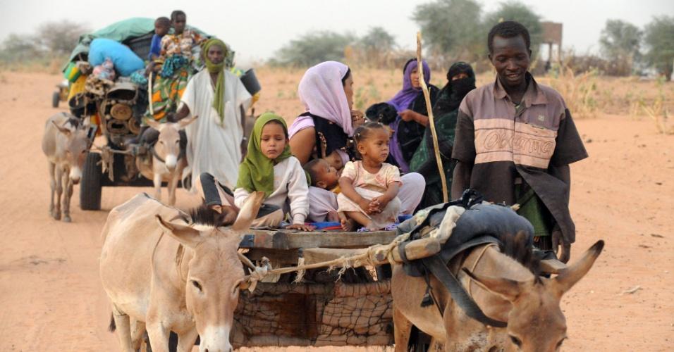 2.mai.2012 - Cidadãos do Mali chegam com mulheres e filhos em campo de refugiados na região sudoeste de Mauritânia