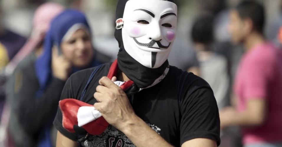 2.mai.2012 - Manifestante egípcio com uma máscara de Guy Fawkes participa de protesto contra o regime militar organizado na praça Abbasiya, no Cairo