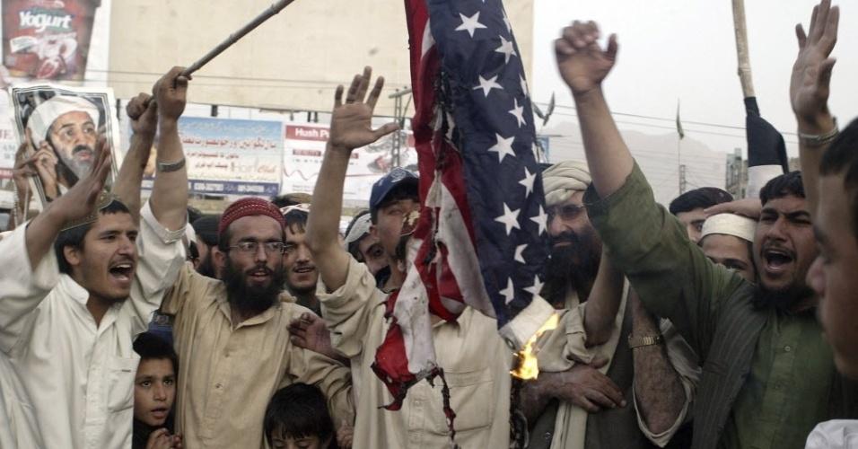 2.mai.2012 - Paquistaneses queimam uma bandeira dos Estados Unidos durante um protesto que marca o primeiro aniversário da morte do líder terrorista saudita da Al Qaeda, Osama Bin Laden, em Quetta, Paquistão